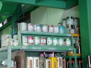 整頓された塗料棚